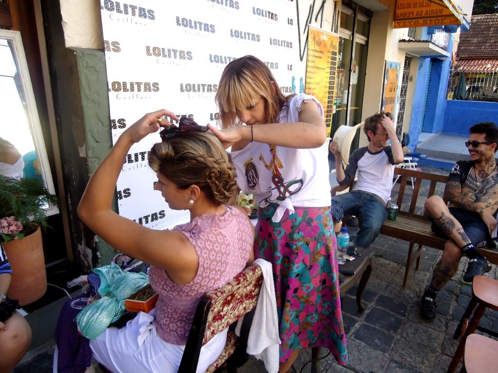 Cena inusitada: cabeleireira Michelle Kelly fez seus penteados na calçada,                                           ocupando o espaço público (Foto: Laura Beal Bordin)