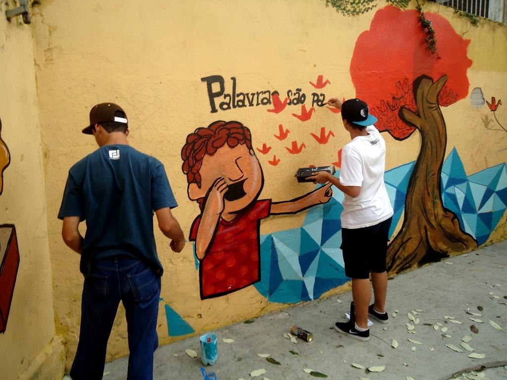 Alunos da Escola Estadual Dona Carola pintaram o muro com a                                           ajuda de um artista plástico (Foto: Laura Beal Bordin)